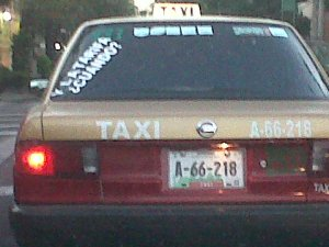 Taxi exigiendo tarifa